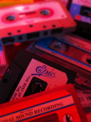 Ein Stapel Musikkassetten aus den 80ern